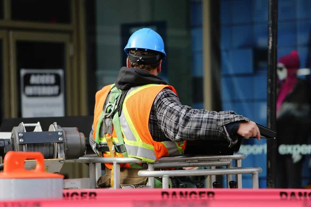 פועל בניין בעבודה